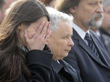Dcera zesnulého prezidenta Lecha Kaczynského na varšavském letišti před rakví svého otce. (11.4. 2010)