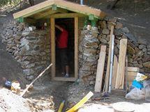 Mezi kameny jsme usadili trámky jako základ pro budoucí dveře