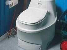 Automatická kompostovací toaleta: ze spodních dvířek vytahujete hotový kompost