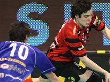 KDO ODEHRAJE? Střešovický florbalista Michal Podrháský (v červeném) bojuje o míček s vítkovickým protihráčem Martinem Tokošem.