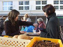 Na trhu v Klánovicích si lidé pochutnávali na čerstvém pečivu.