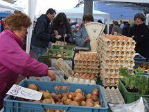 O domácí vejce byl na trhu v Klánovicích zájem.