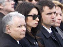 Bratr zemřelého prezidenta Jaroslaw Kaczynski a dcera Lecha a Marii Kaczynských Marta na tryzně ve Varšavě (17. dubna 2010)