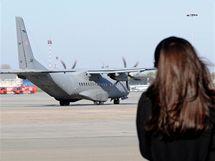 Dcera prezidentského páru Marta se loučí s letadlem, které odváží rakve s jejími rodiči do Krakova na pohřeb (18. dubna 2010)