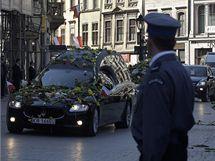 Pohřební vozy přivážejí do Krakova polský prezidentský pár (18. dubna 2010)