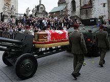 Smuteční průvod s rakvemi polského prezidentského páru směřuje z Mariánské katedrály v Krakově na hrad Wawel (18. dubna 2010)