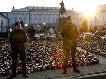 Prostranství před prezidentským palácem ve Varšavě lidé zaplnili tisíci hořících svíček. (12. dubna 2010)