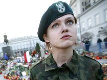 Čestná stráž před polským pezidentským palácem ve Varšavě. (12. dubna 2010)