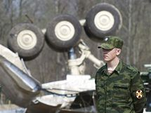 Odklízení trosek havarovaného letadla na letišti v ruském Smolensku. (14. dubna 2010)