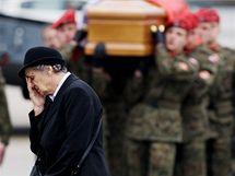 Na varšavské letiště přistálo letadlo s třiceti rakvemi s ostatky obětí letecké katastrofy ve Smolensku. (14. dubna 2010)