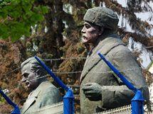Sochy V.I. Lenina a Klementa Gottwalda stávaly za plotem soukromého pozemku nedaleko železniční zastávky v Mříčí na Českokrumlovsku.