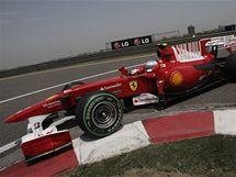 Alonso s Ferrari v třetím tréninku GP Číny.