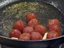 Oloupaná rajčátka přihoďte na pánev do olivového oleje ovoněného česnekem.