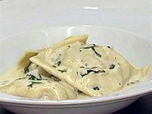 Smetanové omáčky patří k jemnějším, domácím či plněným těstovinám.