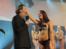 Bolek Polívka předal Miss skandál Veronice Pompeové máslo, aby si ho dala na hlavu