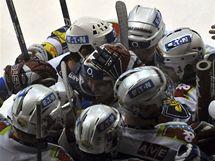 BÍLÁ VLNA RADOSTI. Pardubičtí hokejisté se objímají po gólu ve finále extraligy.