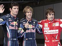 Tři nejlepší z kvalifikace Velké ceny Číny: (zleva) Mark Webber, vítězný Sebastian Vettel a Fernando Alonso.