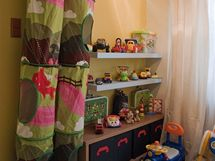 V pokoji nechybí ani police na hračky