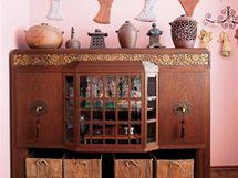 Zajímavý solitér v ložnici tvoří nástavec na příborník ze začátku minulého století s orientálními prvky