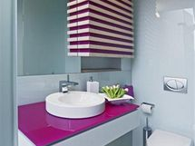Cyklámenová barva nechybí ani v jinak minimalistické koupelně