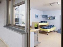 Dětský pokoj má vlastní přístup na prostorný balkon s pohledem k lesu