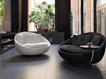 Organické tvary vystřídaly u čalouněného nábytku pravé úhly