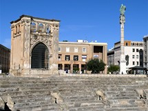 Itálie, Apulie - Lecce, náměstí s římským amfiteátrem