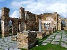 Klášter Agios Achilleos na ostrově v Malém Prespanském jezeře (Prespanské jezero)
