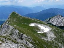 Rakousko, pohled ze Sparafeldu na Kalbling (vlevo) a Riffel (Gesäuse)