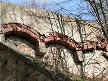 Detail Vysokého mostu. Místy jsou na zdivu patrny stopy oprav. Zřejmě ne tak zcela dávných