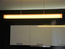 Centrální světlo v kuchyni doplňují další světla nad pracovní deskou