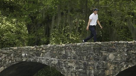 Luke Donald kráčí přes Nelson Bridge na 14. jamce Augusta National - Amen Corner má za sebou.
