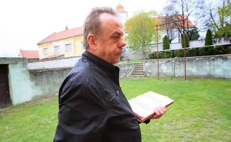 Hledání bomby ze 2. světové války na školním dvoře v Bořeticích, na snímku starosta obce Václav Surman.