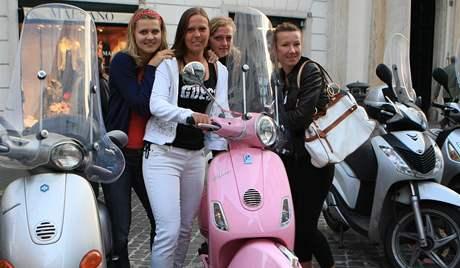 Lucie Šafářová, Lucie Hradecká, Petra Kvitová a Květa Peschkeová během procházky Říma před semifinále Fed Cupu
