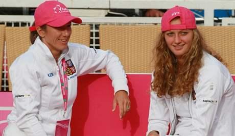 Květa Peschkeová (vlevo) a Petra Kvitová sledují úvodní dvouhr semifinále Fed Cupu mezi Itálií a Českem