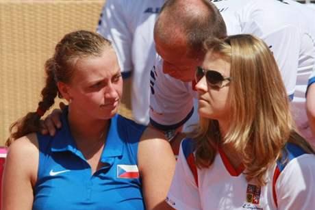 Kapitán Petr Pála promlouvá k Peře Kvitové během semifinále Fed Cupu v Itálii. Vpravo Lucie Šafářová