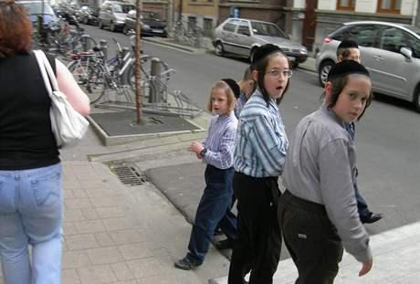 Kluci z ultraortodoxních židovských rodin v Antverpách