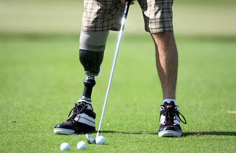 Ken Green na golfu po amputaci pravé nohy v podkolení.