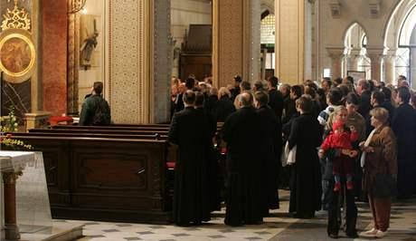 Rakev s tělesnými ostatky kardinála Tomáše Špidlíka v podvečer dorazila do chrámu svatého Václava v Olomouci