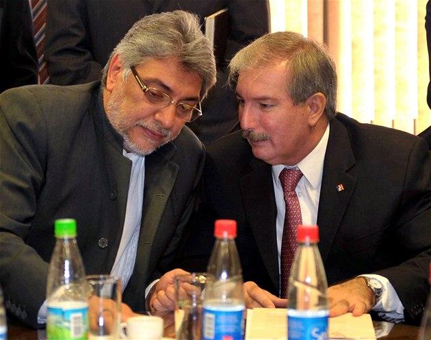 Paraguayský prezident Fernando Lugo (vlevo) hovo�í o výjime�ném stavu s prezidentem kongresu Miguelem Carrizosem