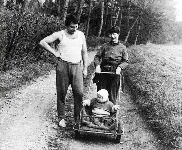 Ji�í Paroubek s první man�elkou Zuzanou a osmnáctim�sí�ním synem Jakubem na chalup� ve Vraném. (1985)