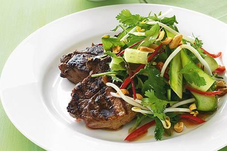 Steak s koriandrovým salátem.