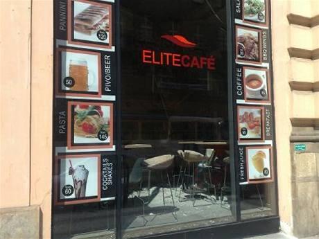 V Elite café v Jindřišské ulici  v Praze spadl za provozu sádrokartonový podhled.