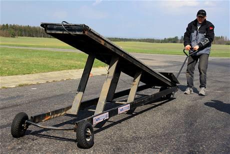 Kaskadér Petr Hnětkovský si připravuje nářadí pro jízdu po dvou kolech