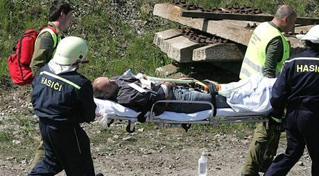 Záchranáři odnášejí herce v roli zraněných