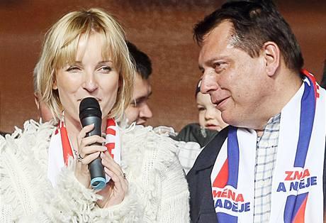 Jiří Paroubek s manželkou Petrou na předvolebním mítinku ČSSD v Pardubicích (27. dubna 2010)