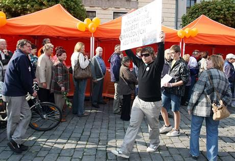Na předvolební mítink ČSSD v Pardubicích zavítali i odpůrci oranžové politiky (27. dubna 2010)