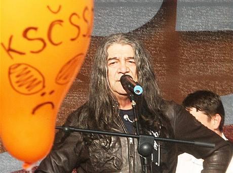 Na předvolební mítink ČSSD v Pardubicích pozval Jiří Paroubek zpěváka Drupiho (27. dubna 2010)
