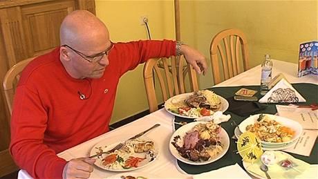 Zdeněk Pohlreich ochutnává z nabídky restaurace U apoštola v Jevíčku.