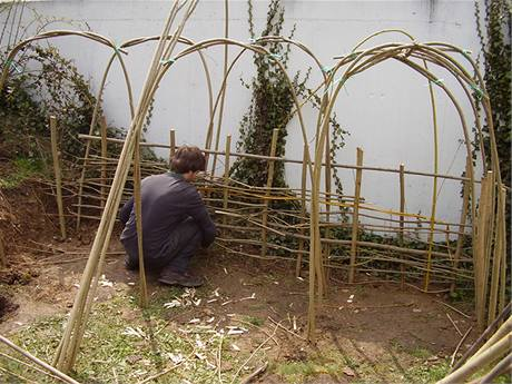 Stěny kompostéru vytvoříte tak, že do země zapícháte silnější pruty v odstupu 20 až 30 centimerů a propletete je slabšími proutky jako osnovou.